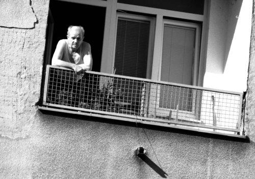 anziano al balcone